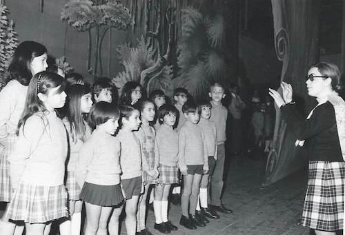 Història de l'Escola Meritxell - Nens cantant Curs 69-70